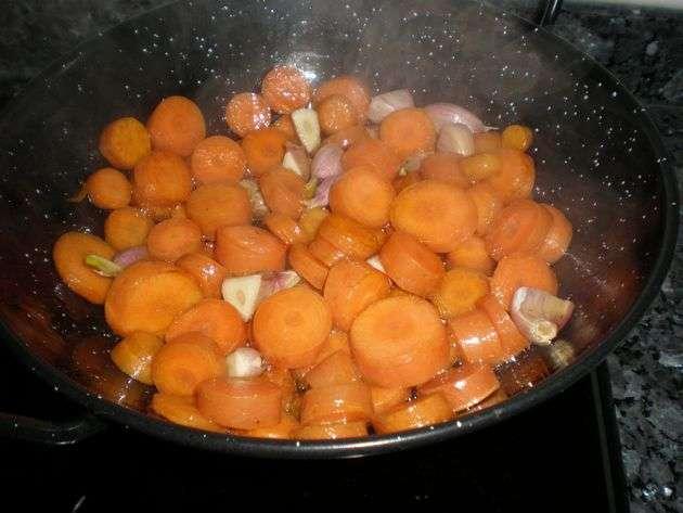 Salteando los ajos y la zanahoria